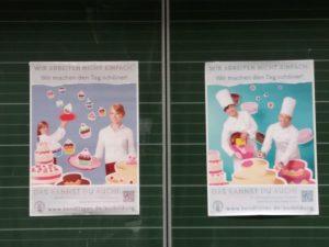 Werbeplakate an der Tafel